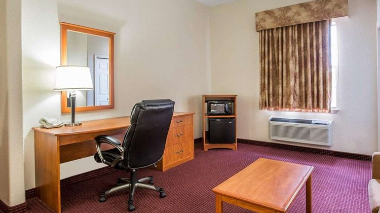 Econo Lodge Inn & Suites Suite