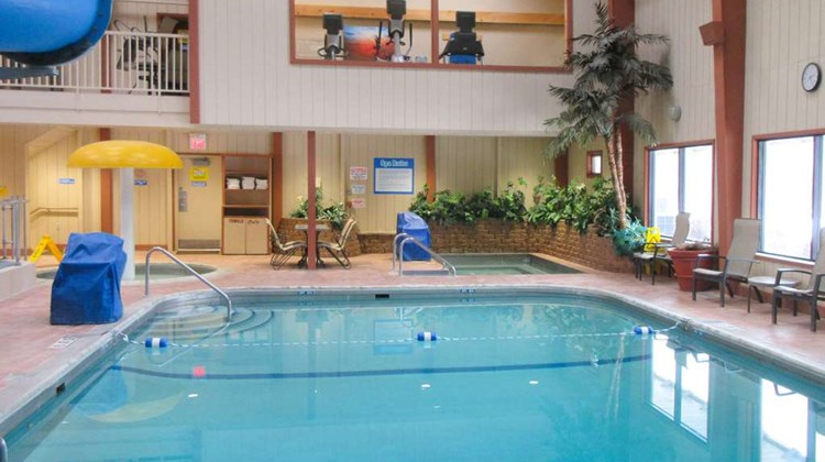 Quality Inn & Suites Detroit Lakes Pool