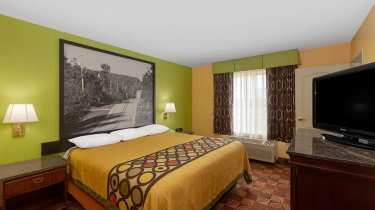 Super 8 by Wyndham Lake of The Ozarks Suite
