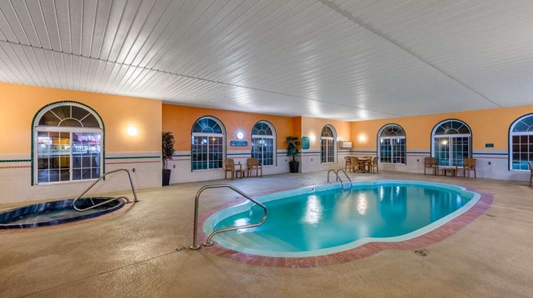 Super 8 by Wyndham Lake of The Ozarks Pool