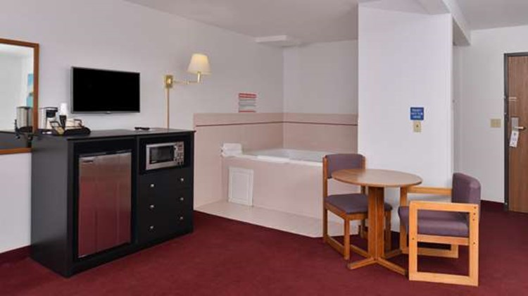Americas Best Value Inn Birch Run Suite