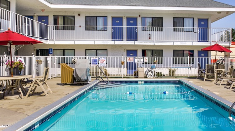 Motel 6 Medford South Pool