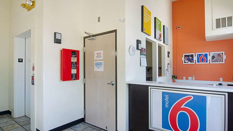Motel 6 Fort Lupton Lobby