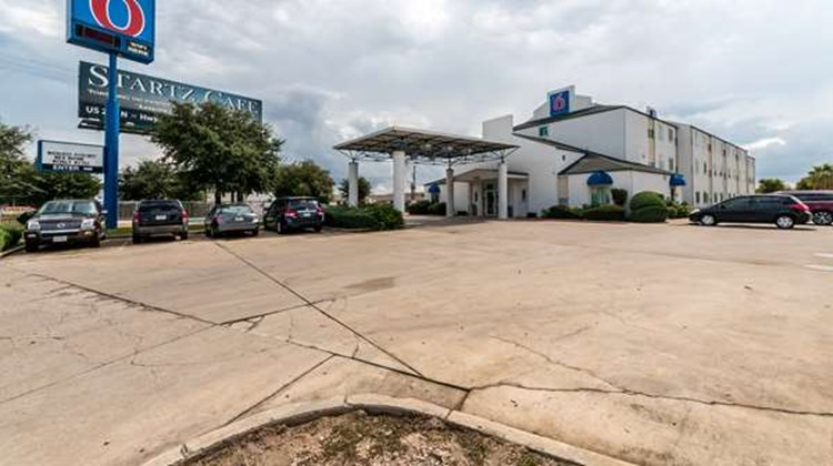 Motel 6 San Antonio South Exterior