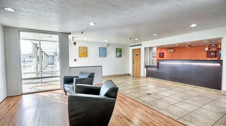 Motel 6 Columbus West Lobby