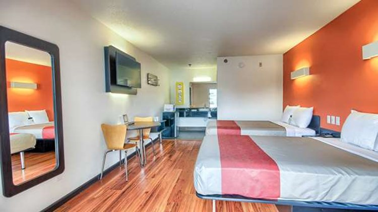 Motel 6 Columbus West Room