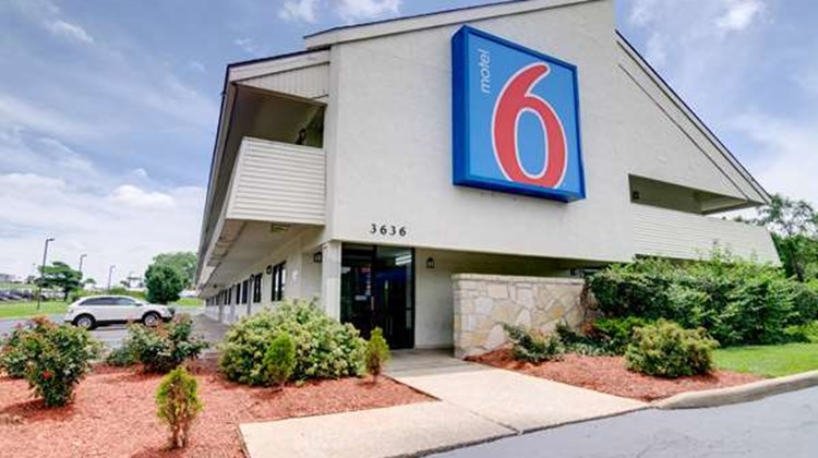 Motel 6 Kansas City North Exterior