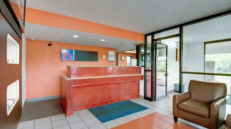 Motel 6 Kansas City North Lobby