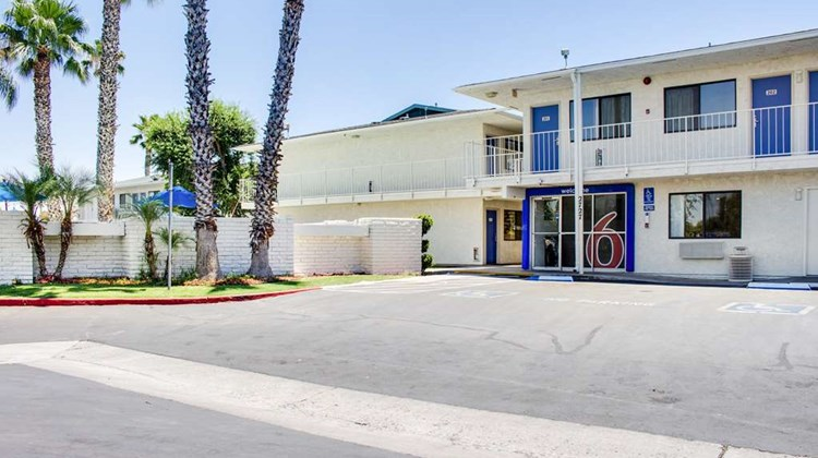Motel 6 Bakersfield South Exterior