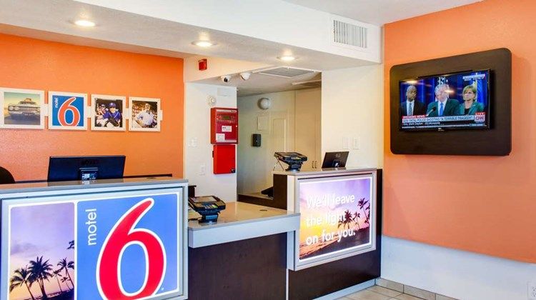 Motel 6 Bakersfield South Lobby