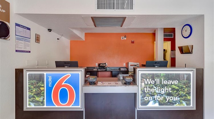 Motel 6 Santa Rosa North Lobby