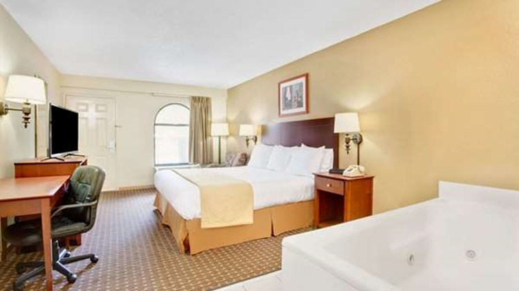 Days Inn & Suites Stockbridge South ATL Room