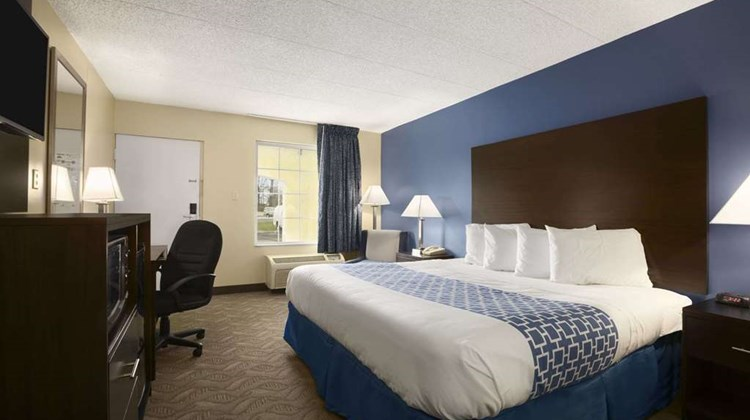 Days Inn & Suites Cherry Hill Room
