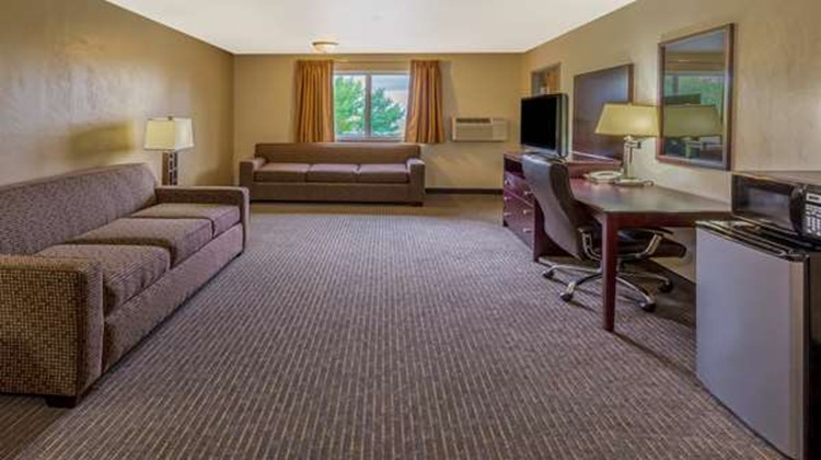 Super 8 Woodburn Suite