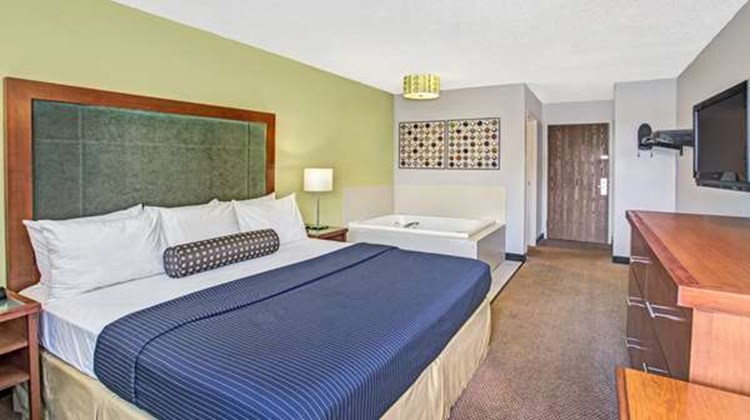 Days Inn Great Lakes/N. Chicago Suite