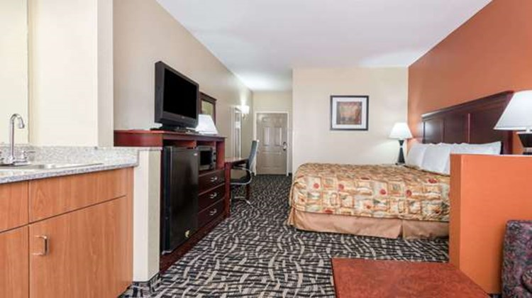 Days Inn & Suites Prattville Montgomery Suite