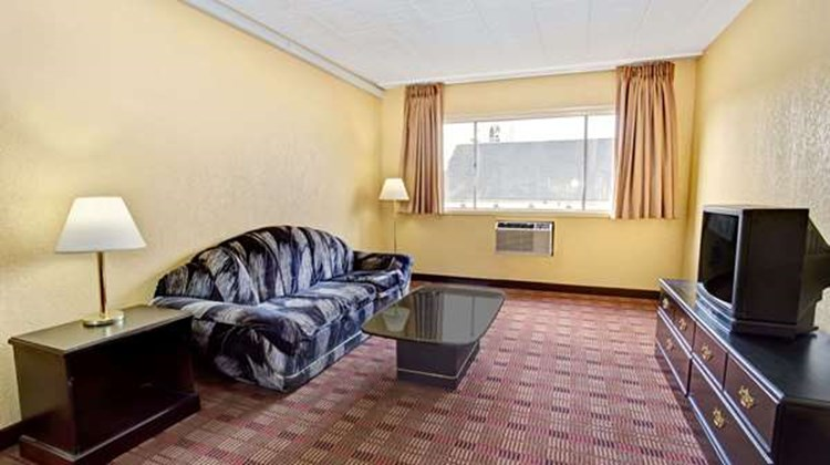 Howard Johnson Pikesville Suite