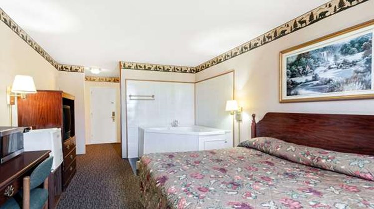 Knights Inn Napoleon Suite
