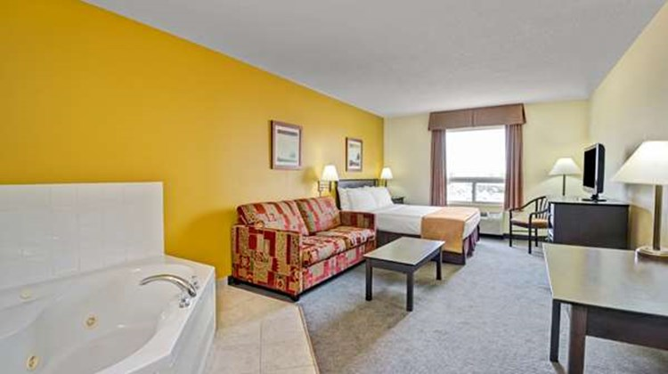 Super 8 Barrie Suite