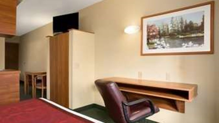 Days Inn & Suites Lafayette IN Suite