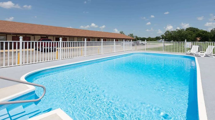 Knights Inn Chanute Pool