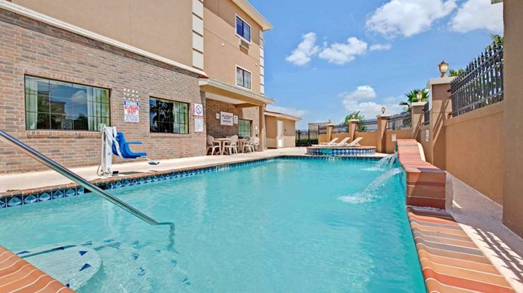 Baymont Inn & Suites Baytown Pool