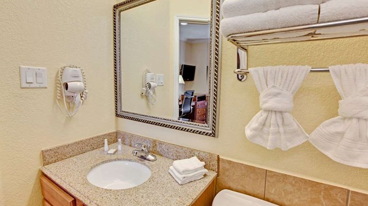 Baymont Inn & Suites Baytown Room