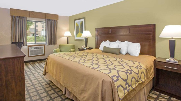 Baymont Inn & Suites Ames Room