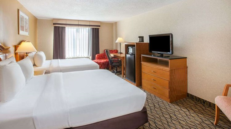 Baymont Inn & Suites Canton Room