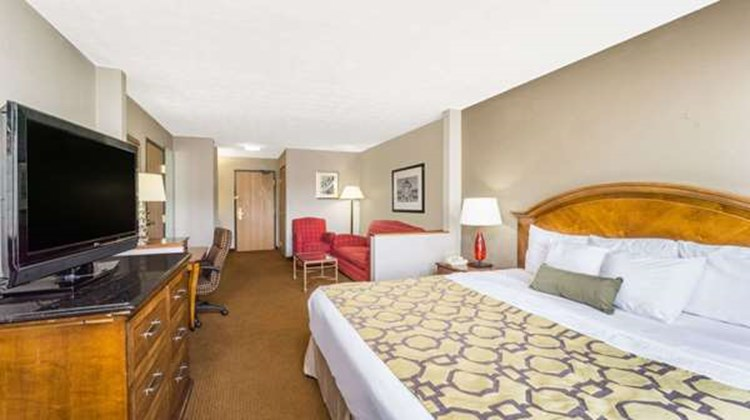 Baymont Inn & Suites Piqua Room