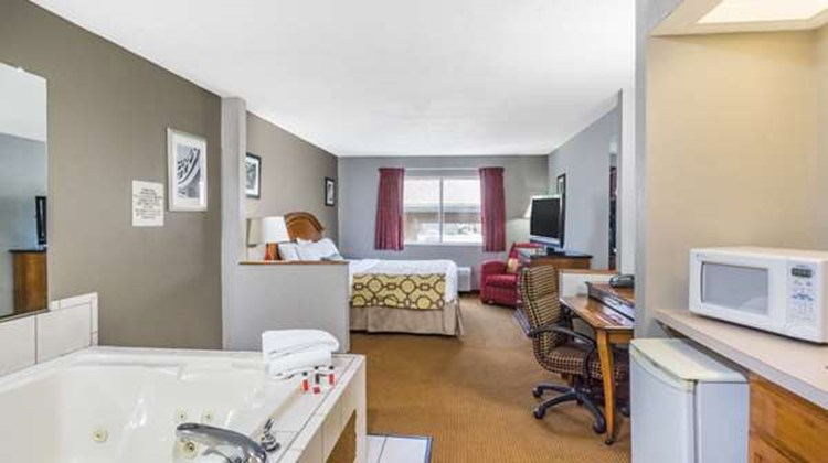 Baymont Inn & Suites Piqua Suite