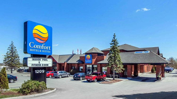 Comfort Hotel & Suites Peterborough Exterior