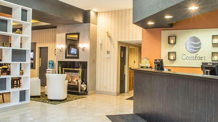Comfort Hotel & Suites Peterborough Lobby
