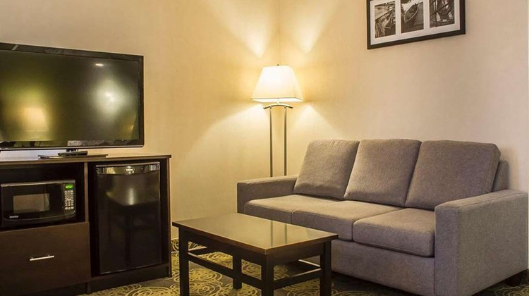 Comfort Hotel & Suites Peterborough Room