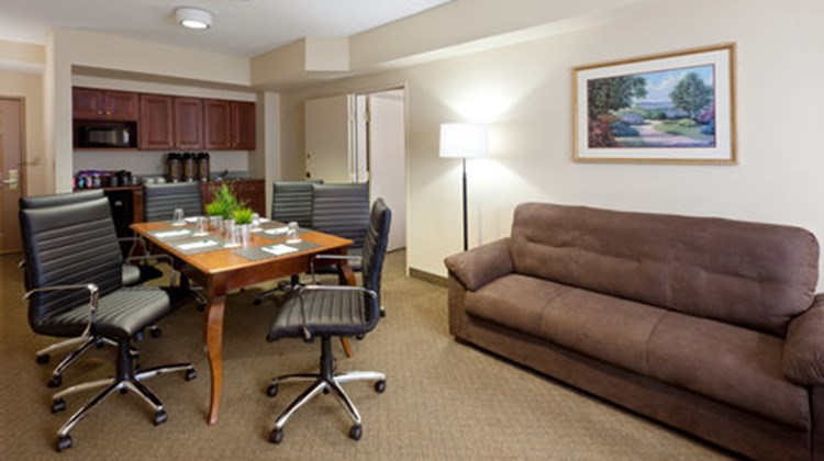 Country Inn & Suites Newark AP EWR Suite