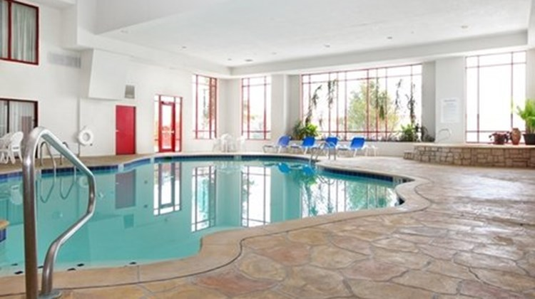 Holiday Inn Express & Stes Olathe North Pool
