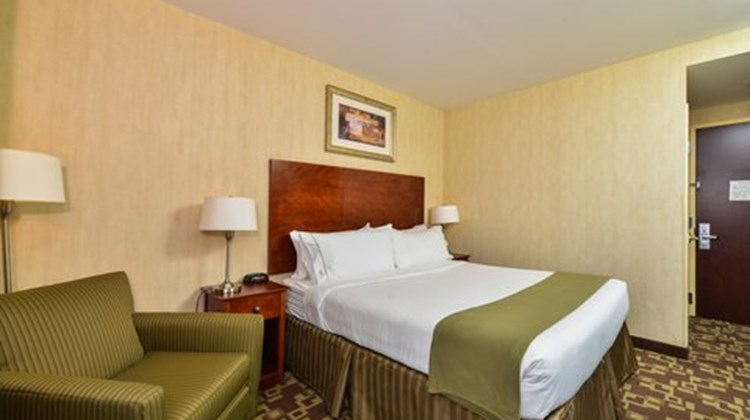Holiday Inn Express Staten Island Room