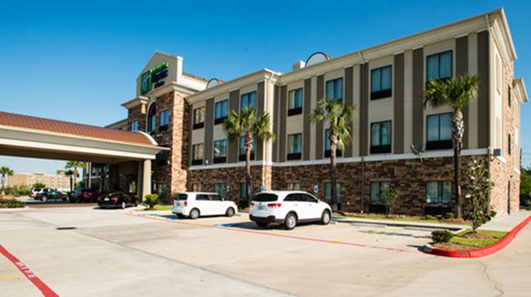 Holiday Inn Express & Suites Beltway 8 Exterior