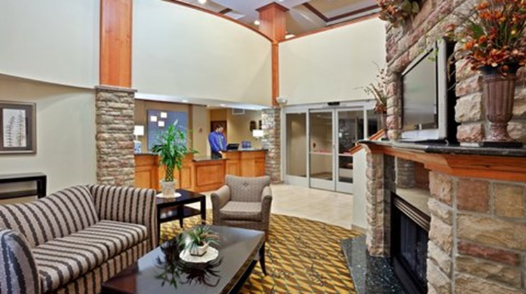 Holiday Inn Express & Suites Nampa Lobby