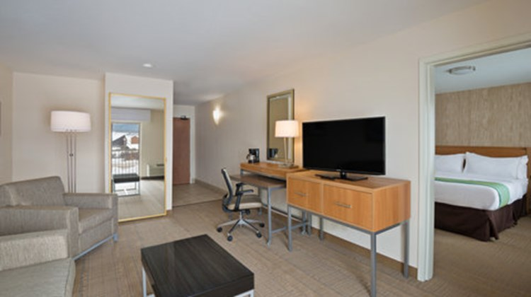 Holiday Inn Express & Sts Fraser Suite