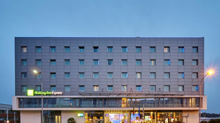 Holiday Inn Express Lisbon Alfragide Exterior
