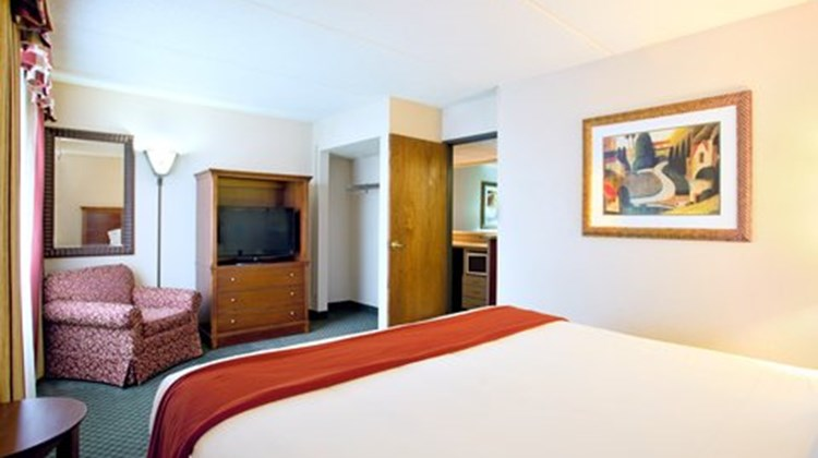 Holiday Inn Express Milwaukee by IHG Suite