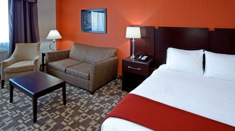Holiday Inn Express Maspeth Suite