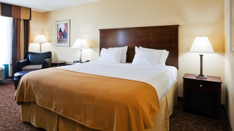 Holiday Inn Express & Suites Selma Room