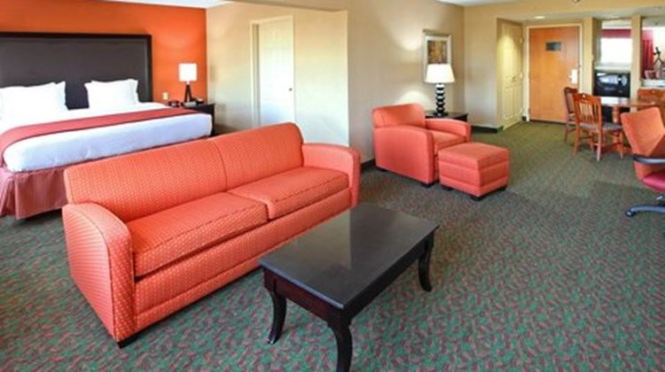 Holiday Inn Express & Suites Tyler South Suite