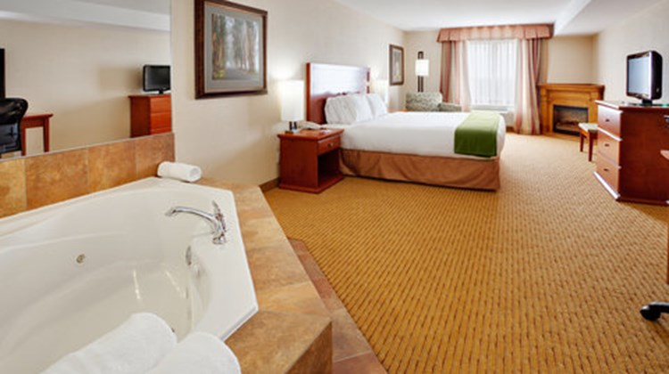 Holiday Inn Express & Suites Bowmanville Suite