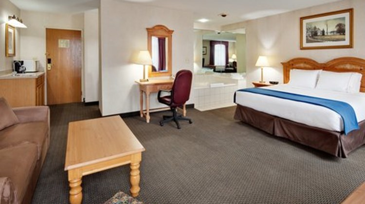 Holiday Inn Express Elizabethtown Suite