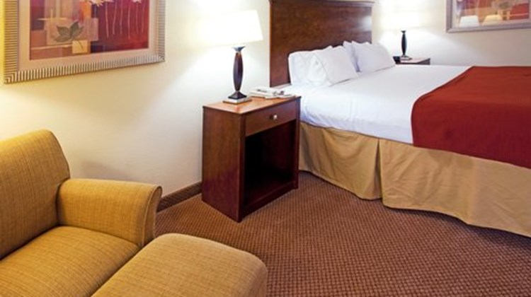 Holiday Inn Express & Suites Quincy I-10 Room