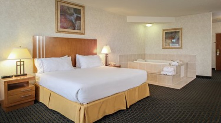Holiday Inn Express & Suites Lethbridge Suite