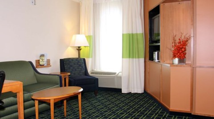 Fairfield Inn & Suites Marion Room